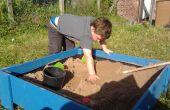 Sand-Box mit Deckel aus behandelten Zaun Bretter aus angehoben.