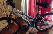 Ein Bügelschloss auf Frauen Fahrradrahmen montieren