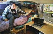 Wandte sich im Studentenwohnheim, komplett mit Bett und Schreibtisch van