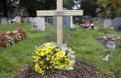 Ein Kreuz, ein Grab markieren