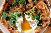 (Fast) Holzofen-Pizza mit Pfifferlingen, Ei und Rucola