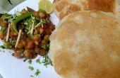 Chole Bhature - lecker würzige Kichererbsen und gebraten und gepufften Fladenbrot