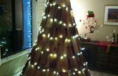 Weihnachtsbäume aus geborgenen Materialien