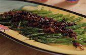 Spargel mit Balsamico-Zwiebeln und Speck
