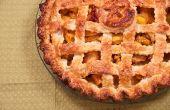 Pfirsich-Mango-Torte mit einem Gitter Kruste