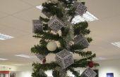 Über-Geek Weihnachtsbaum mit QR-Code Dekorationen