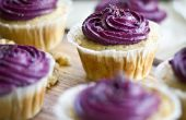 Zitronen-Mohn-Cupcakes mit Lemon Curd Füllung & Blueberry Cream Cheese Frosting