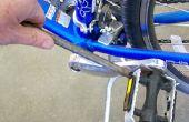 Schraubenschlüssel für ein Fahrrad in die Pedale treten
