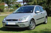 So wechseln Sie einen Scheinwerfer Ford Focus Mk 1 (Facelift)