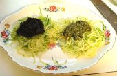 Roh Vegan Zucchini rote und grüne Nudeln