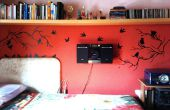 Rote Wand mit Vögel und Niederlassungen