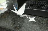 Einzelne Blatt Origami-Kranich und Wurfstern