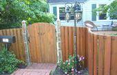 Bauen Sie einen gebogenen hölzernen Zaun