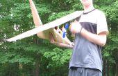Großen Karton Flugzeug mit Propeller, die Powerd motorisch ist