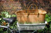 Geschäfte mit dem Fahrrad mit halben eine Katze Gepäckkorb