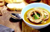 Butternut-Kürbis-Suppe mit knusprig gewürzten Zwiebeln gewürzt