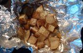 Lagerfeuer (oder Backofen) Kartoffeln-Cubed Kartoffeln in ein Bad aus Butter, Salz und Pfeffer