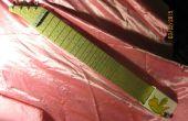 Ein Lapful von Schrott-Lap-Steel-Gitarre aus Recycling-Materialien