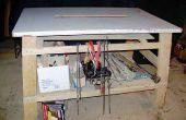 Ein großer Arbeitstisch mit angewinkelten Beinen und einfache Gelenke