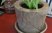 Blumentopf mit eingebetteten Blattmotiv Beton