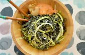 Vegan-Spirulina-Spaghetti mit Zucchini wirbelt