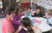 Nähen mit einer Gruppe von Kindern