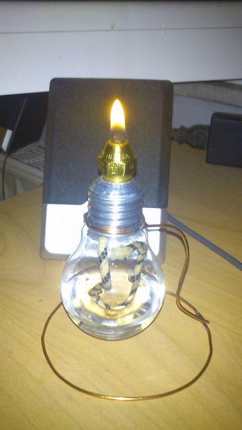Licht Aus Einer Alten Glühbirne Kerze