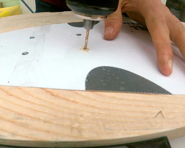 wie erstelle ich eine longboard mit paletten mit einfachen werkzeugen schritt 9 bohren. Black Bedroom Furniture Sets. Home Design Ideas